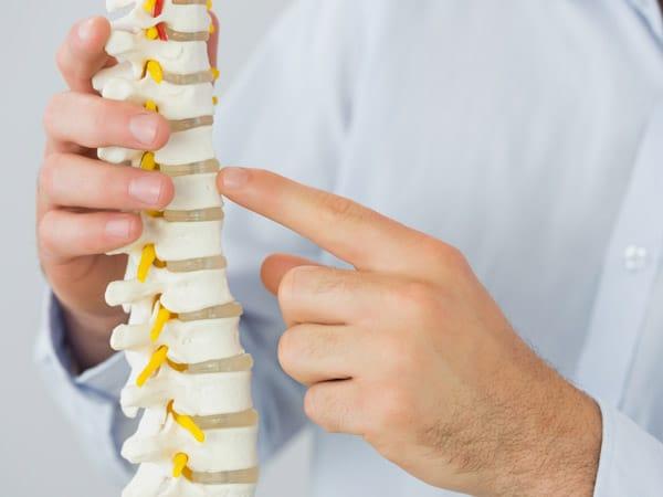 Il dorso dopo una puntura di anestesia in una spina dorsale fa male